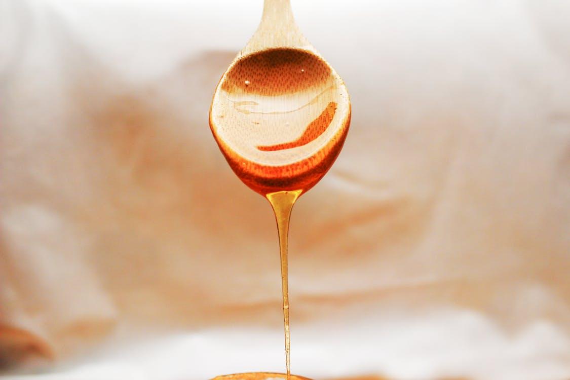 med z dřevěné lžíce
